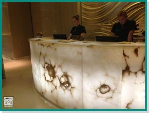 Arastone Spa Corinthia Hotel detalle de la recepción del hotel.
