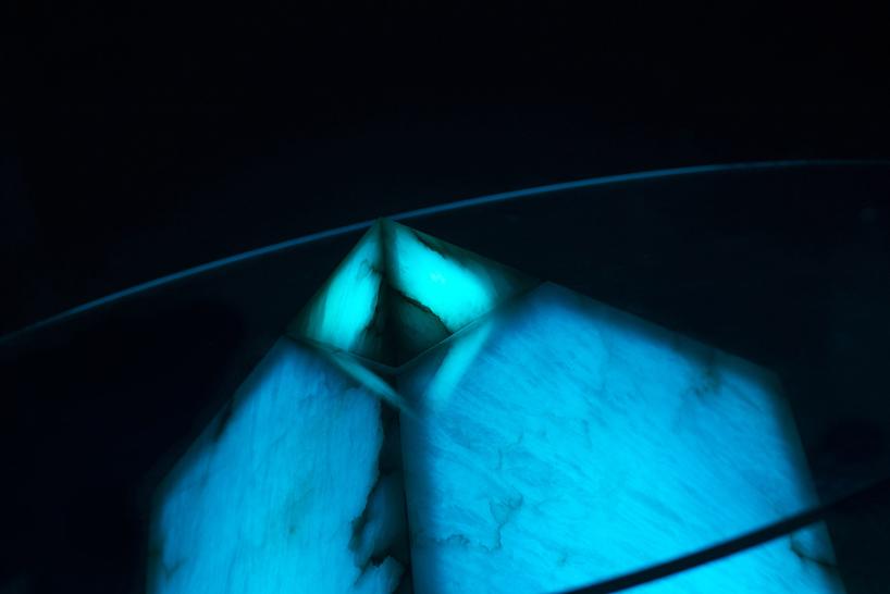mesa-de-alabastro-iluminada-en-azul