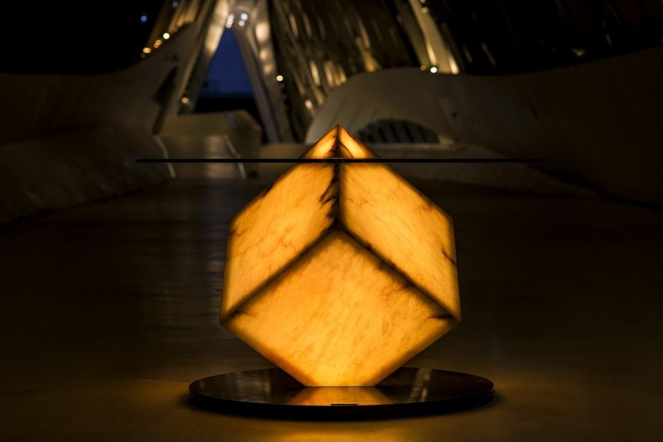 Mesa de alabastro iluminada