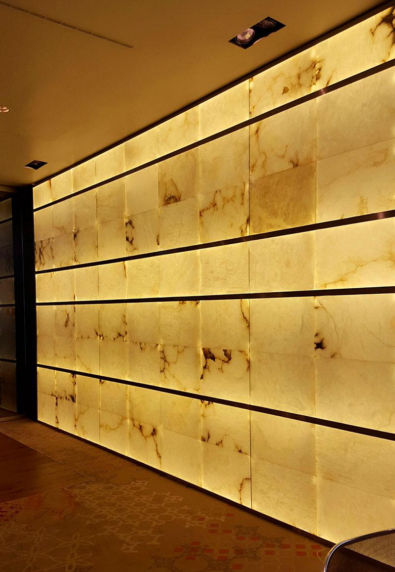 Iluminación con paneles de alabastro en hoteles.